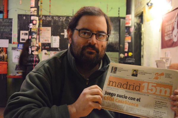 ドキュメンタリー監督のステファンさん。手に持っているのは15Mのメンバーが発行している月刊紙だ。有名なライターなども寄稿している。=写真:諏訪撮影=