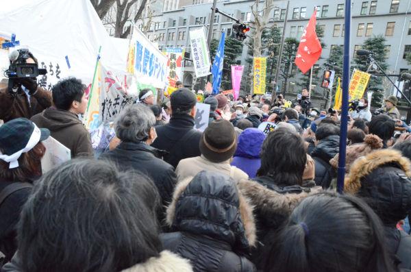 退去期限の日、約1,000人もの市民でテントを守った。=2012年1月27日、経産省前。写真:田中撮影=