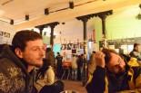 パティオの中でダニエルさん(左)に話を聞いた。スペイン国内では、飲食店内での喫煙は禁止されているが、パティオではタバコを吸っている人もいる。=写真:筆者撮影=