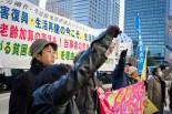 生存権を脅かすな」「命を脅かす政治と戦うぞ」。生活保護受給者や支援者はシュプレヒコールをあげた。=18日朝、厚労省前。写真:島崎ろでぃ撮影=