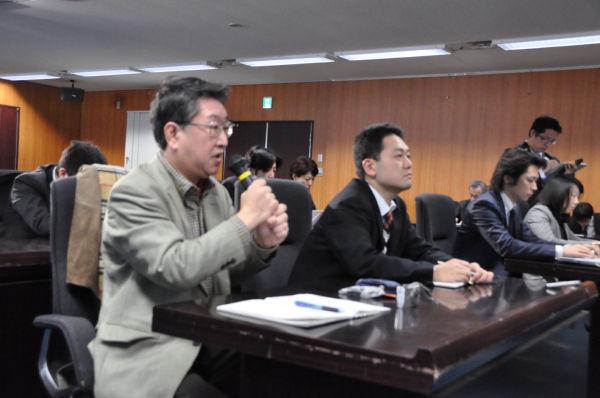 「大臣には説明責任がある」。石原氏を厳しく追及するフリーランスの上出義樹記者(左・マイク持つ)。=写真:田中撮影=