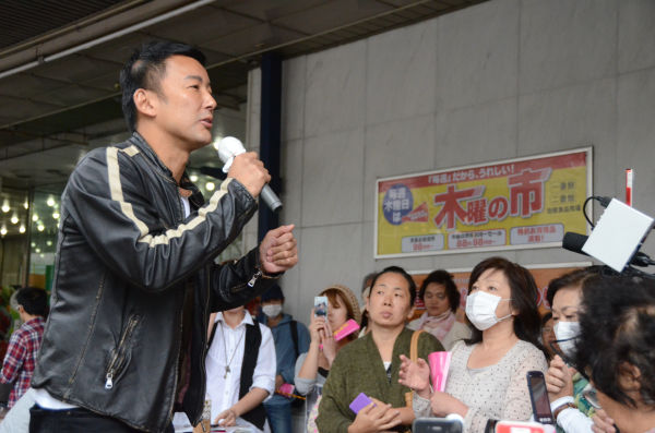 福島駅前での山本議員の遊説では女性たちから「太郎さんありがとう、よく言ってくれた」の声がしきりとあがった。=10月3日、写真:筆者=