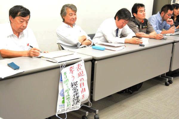 口頭弁論後の裁判報告集会。100人を超す傍聴者が出席した。写真は原告団。=17日、日本弁護士会館 写真:筆者=