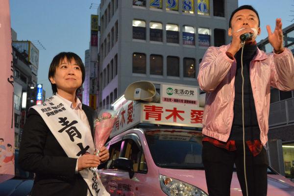 山本議員は「国会がまともに運営できるように与党の票を野党側に移して頂きたい」と訴えた。=8日、赤羽駅前 写真:筆者=