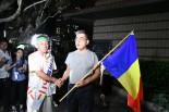 告示から間もない頃は、両者とも まだ ぎこちなかった。=15日、那覇市 撮影:筆者=
