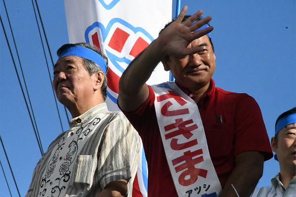 竹下亘・自民党総務会長はいつ見ても険しい表情だった。=23日、宜野湾市 撮影:筆者=